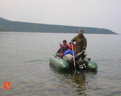 Hilfsbereite Ranger bei einer Wanderung am Baikalsee