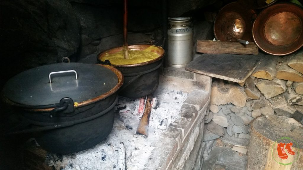 Wandern im Tessin - Cucina Nostrana - Polenta im Kupferkessel